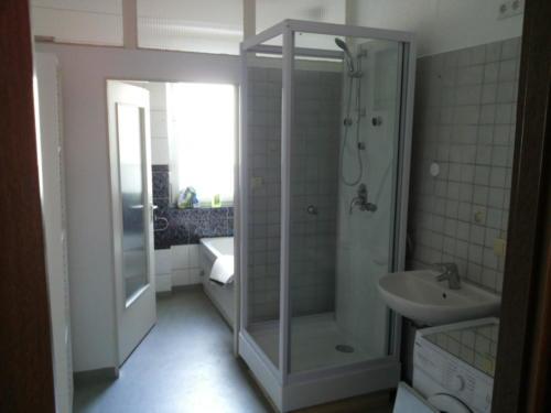 Tageslichtbad mit Badewanne und Dusche 2-Zimmer-Wohnung