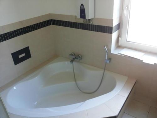 Tageslicht-Badezimmer Eckbadewanne
